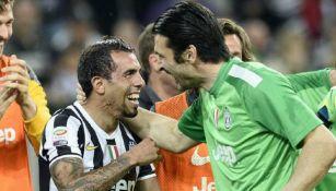 Gianluigi Buffon y Carlos Tévez durante un partido con la Juventus