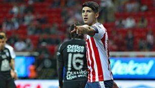 Pulido señala durante un partido en el Estadio Akron