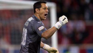 Rodolfo Cota festeja un gol con las Chivas