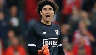 Guillermo Ochoa celebra un gol del Standard de Liege
