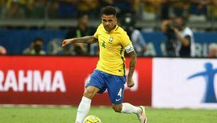 Dani Alves, en un juego con la selección de Brasil