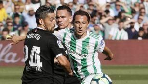 Guardado disputa un balón con Nolito en el Benito Villamarín