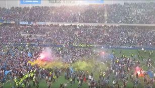 Aficionados del Djurgarden invaden la cancha del Tele2 Arena