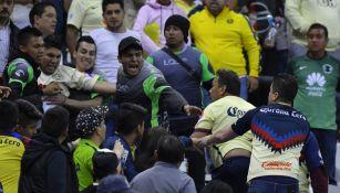 Elementos de Seguridad y aficionados discuten en el Azteca