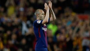 Andrés Iniesta aplaude tras un partido con el Barcelona