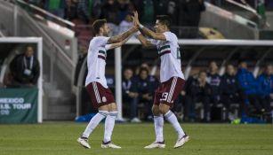 Layún y Molina celebran gol