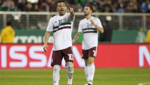 Marco Fabián señala durante un partido de México