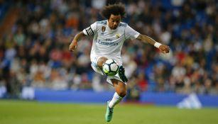 Marcelo controla el balón en un partido