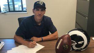 Luis Pérez, firmando su contrato con los Rams