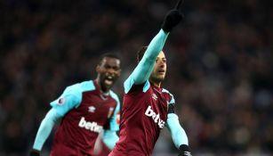 Chicharito celebra una anotación con el West Ham