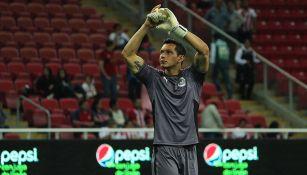 Rodolfo Cota en un partido con Chivas