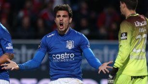 Antonio Briseño disputa un juego con el Feirense