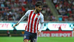 Pizarro controla el balón en un duelo de Liga MX con Chivas
