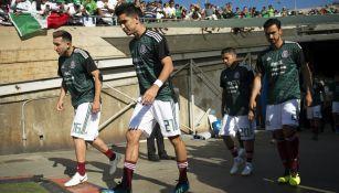 Jugadores de la Selección Mexicana saltan a la cancha del Rose Bowl