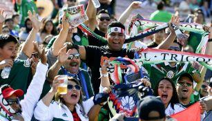 Afición mexicana alienta al Tri durante el duelo vs Gales