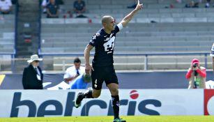 Darío Verón festeja gol en su paso por Pumas
