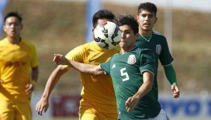 Gerardo Artega en una jugada en el partido contra China