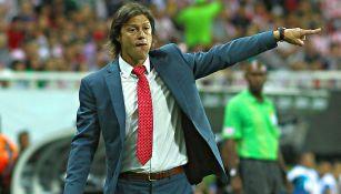 Almeyda da indicaciones en un partido con Chivas