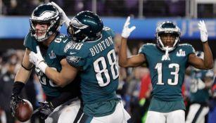 Jugadores de Eagles festejan tras ganar el SB