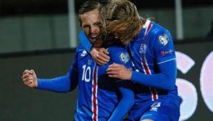 Sigurdsoon festeja un gol con Islandia