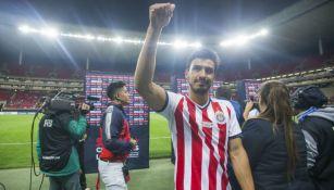 Alanís saluda a la afición después de un partido