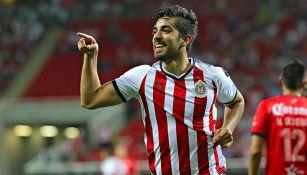 Rodolfo Pizarro celebra una anotación con Chivas