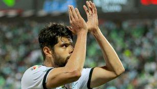 Araujo aplaude a la afición de Santos tras un partido