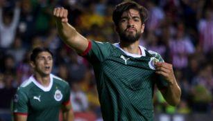 Rodolfo Pizarro festeja gol con Chivas