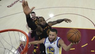 LeBron James intenta que Stephen Curry no enceste