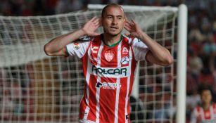 Carlos González celebra un gol con Necaxa