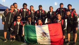 El equipo posa con la bandera de México