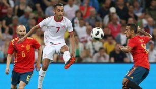Saifeddine Khaoui controla el balón en el duelo de España contra Túnez