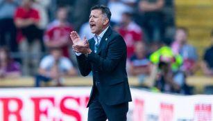 Osorio da indicaciones en el juego del Tri contra Dinamarca