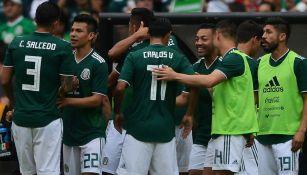 Jugadores del Tri celebran un gol en el Azteca