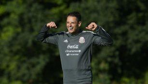 Javier Hernández, muy feliz en una práctica del Tri