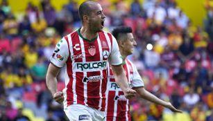 Carlos González festeja gol en su paso por Necaxa