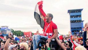 Aficionado es cargado para ver el partido de Egipto vs Uruguay