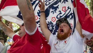 Aficionados ingleses celebran la victoria de su equipo