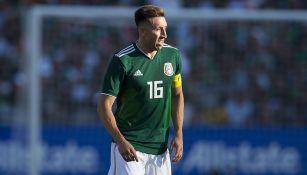 Héctor Herrera disputa un juego con la Selección Mexicana