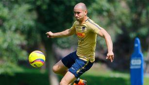 Carlos González, en un entrenamiento con Pumas