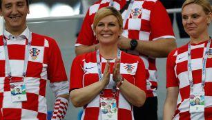 Kolinda Grabar sonríe en la tribuna durante un juego contra Croacia