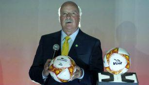 Enrique Bonilla sostiene el nuevo balón de la Liga MX