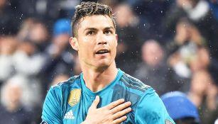 Cristiano Ronaldo desteja un gol con el Real Madrid