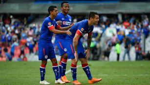 Jugadores de Cruz Azul celebran un gol contra Puebla