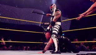 Pentagón Jr. golpea con un bat a Sami Callihan