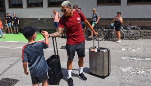 Carlos Salcedo saluda a un aficionado del Eintracht