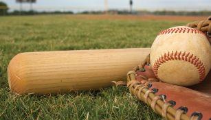 Bat, pelota y guante de beisbol en un campo