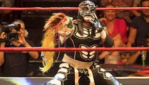 Pentagón Jr. posa con la máscara de Psycho Clown en la mano