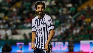 Rodolfo Pizarro sonríe en un encuentro con Rayados