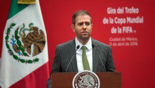 Alfredo Castillo en la Ciudad de México durante la gira del trofeo de la Copa del Mundo